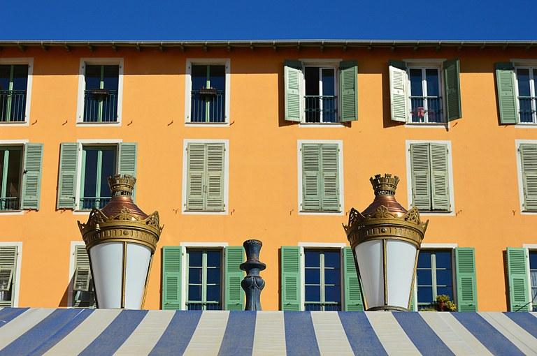 Nizza, ombrellone della terrasse di un caffè - Foto: Pixabay